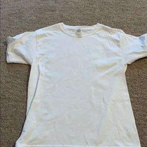 all white Gildan T shirt
